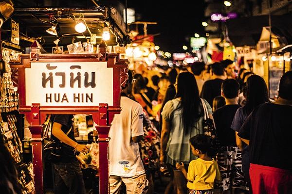 ตลาดโต้รุ่งหัวหิน ถนนคนเดินที่โด่งดังใจกลางเมืองหัวหินที่มีแต่ของกินอร่อยและของฝากหลายหลายรูปแบบ