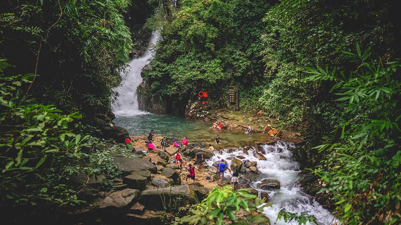 เที่ยวชมน้ำตกแสนงดงามได้ที่ อุทยานแห่งชาติน้ำตกพลิ้ว จังหวัดจันทบุรี