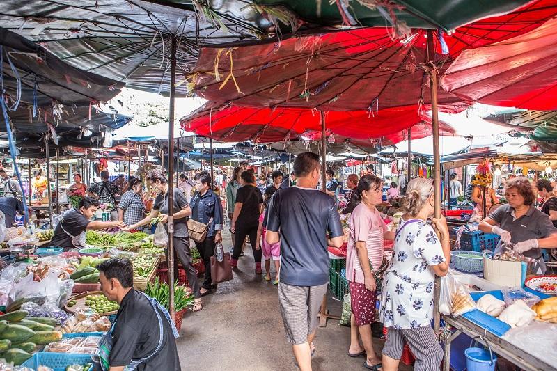 พาตะลุยสู่ ตลาดดินแดง แหล่งรวมอาหารอร่อยมาให้ได้เลือกซื้อเลือกทาน